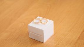 Dois anéis de ouro do casamento Fotografia de Stock Royalty Free