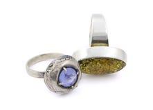 Dois anéis envelhecidos com as gemas no branco Foto de Stock