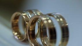 Dois anéis nupciais estão na soleira e refletem no espelho vídeos de arquivo