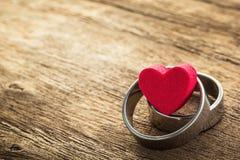 Dois anel e forma do coração Fotografia de Stock Royalty Free