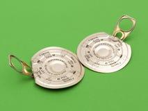 Dois anel-puxam tampas do metal no verde Fotografia de Stock