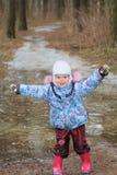 Dois anos de menina idosa que explora a poça gelada Fotos de Stock Royalty Free