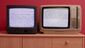 Dois aparelhos de televisão velhos video estoque