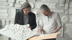 Dois arquitetos masculinos maduros que escolhem o molde filme