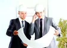 Dois arquitetos que discutem o projeto novo imagens de stock royalty free