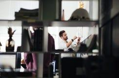 Dois arquitetos que discutem o projeto novo no escritório moderno Imagens de Stock