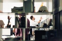 Dois arquitetos que discutem o projeto novo no escritório moderno Fotografia de Stock Royalty Free