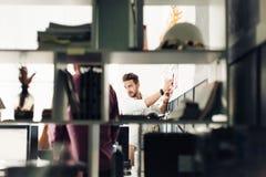 Dois arquitetos que discutem o projeto novo no escritório moderno Fotografia de Stock