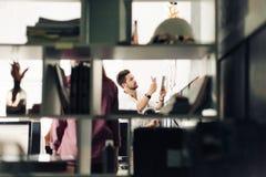 Dois arquitetos que discutem o projeto novo no escritório moderno Imagem de Stock