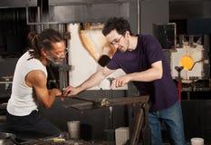 Dois artesões de vidro no trabalho Imagens de Stock