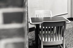Dois assentos em uma mesa Imagens de Stock Royalty Free