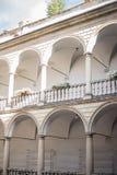 Dois assoalhos com colunas brancas fotografia de stock royalty free