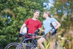 Dois atletas profissionais do ciclismo que estão junto fora a sagacidade Foto de Stock