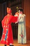 Dois atores fêmeas executam a ópera chinesa, suzhou, porcelana fotos de stock