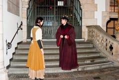 Dois atores jogam seus papéis fora da câmara municipal foto de stock