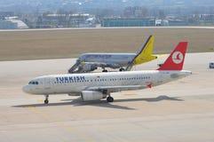 Dois aviões na pista de decolagem Foto de Stock