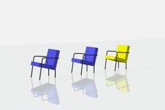 Dois azuis e cadeiras uma amarelas no fundo branco Imagem de Stock