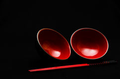 Dois bacias e chopsticks vermelhos no preto Fotografia de Stock Royalty Free