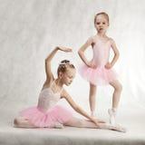 Dois bailado-dançarinos pequenos no tutu Imagens de Stock Royalty Free