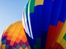 Dois balões de ar quente coloridos na terra Fotos de Stock Royalty Free