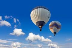 Dois balões de ar quente que voam no céu Cappadocia do sunsrise Foto de Stock Royalty Free