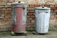 Dois baldes do lixo velhos Foto de Stock Royalty Free
