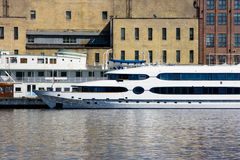 Dois barcos amarrados na área industrial Fotos de Stock Royalty Free