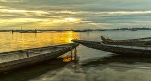 Dois barcos dão boas-vindas felizmente ao nascer do sol Foto de Stock