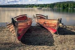 Dois barcos de enfileiramento na costa fotos de stock royalty free