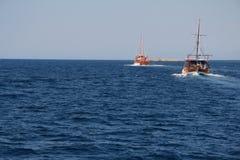 Dois barcos de madeira do turista no Mar Egeu Fotos de Stock