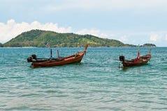 Dois barcos de madeira no mar Foto de Stock