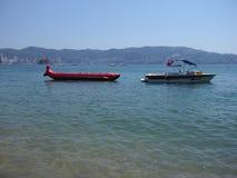 Dois barcos de motor usados para excursões da pesca e do turista latem da paisagem do Oceano Pacífico em ACAPULCO em MÉXICO imagens de stock royalty free