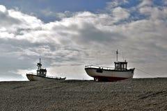 Dois barcos de pesca no Pebble Beach em Dungeness Kent England foto de stock royalty free