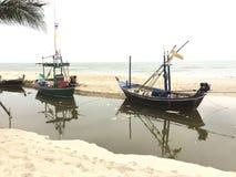 Dois barcos de pesca pequenos esperam para fora pescando Imagem de Stock