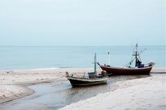 Dois barcos de pesca pequenos esperam para fora pescando na noite Imagens de Stock Royalty Free
