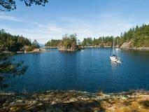 Dois barcos de vela escorados na angra remota Fotos de Stock Royalty Free