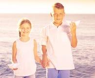 Dois barcos do origâmi das crianças Fotografia de Stock