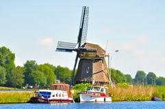 Dois barcos e moinhos de vento Fotografia de Stock Royalty Free