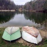 Dois barcos em uma costa do lago Foto de Stock
