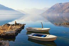 Dois barcos na água no dia de inverno calmo Montenegro, baía de Kotor Fotos de Stock