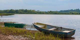 Dois barcos no banco do rio imagem de stock royalty free