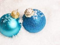 Dois baubles azuis do Natal Imagens de Stock Royalty Free