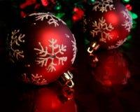 Dois Baubles vermelhos do floco de neve Fotos de Stock Royalty Free
