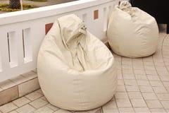 Dois Bean Bag Chairs branco de couro exterior, fim acima Fotografia de Stock Royalty Free