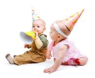 Dois bebês em chapéus do partido Fotografia de Stock Royalty Free
