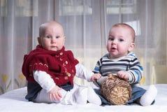 Dois bebês pequenos Fotografia de Stock
