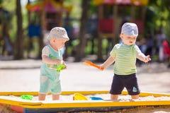 Dois bebês que jogam com areia Fotografia de Stock Royalty Free