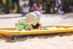Dois bebês que jogam com areia Foto de Stock Royalty Free