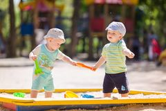 Dois bebês que jogam com areia Fotos de Stock Royalty Free