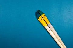 Dois beijos das escovas do sorriso sobre a paleta com símbolo da lareira Foto de Stock